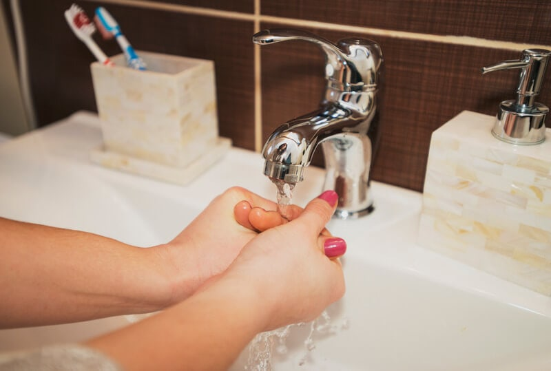 غسل اليدين جيداً